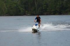 Hombre de la foto de la acción en el esquí del jet Foto de archivo