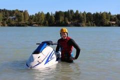Hombre de la foto de la acción en el esquí del jet Foto de archivo libre de regalías