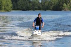Hombre de la foto de la acción en un revestimiento en el esquí del jet Imágenes de archivo libres de regalías