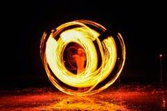 hombre de la Fuego-demostración en la acción con el fuego Imagen de archivo libre de regalías