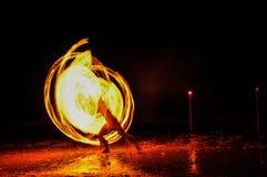hombre de la Fuego-demostración en la acción con el fuego Imagenes de archivo