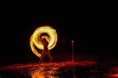hombre de la Fuego-demostración en la acción con el fuego Foto de archivo