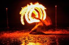 hombre de la Fuego-demostración en la acción con el fuego Fotos de archivo libres de regalías