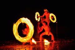 hombre de la Fuego-demostración en la acción con el fuego Imágenes de archivo libres de regalías