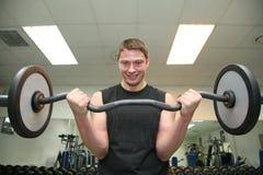 Hombre de la gimnasia con el barbell fotos de archivo libres de regalías