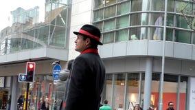 Hombre de la información turística en el centro de Manchester City almacen de video
