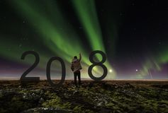 Hombre de la libertad que aumenta la mano para arriba debajo de Aurora Borealis en la noche 2018 Años Nuevos que celebran Fotos de archivo libres de regalías