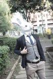 Hombre de la máscara del conejo que se sienta en el sofá foto de archivo libre de regalías