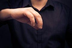 Hombre de la mano que sostiene el artilugio algo que disgusta Imagen de archivo libre de regalías