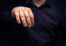 Hombre de la mano que sostiene el artilugio algo que disgusta Imagen de archivo