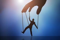 Hombre de la marioneta de la mano del ` s de la persona que controla stock de ilustración