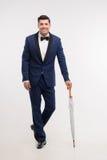 Hombre de la moda con el paraguas del palillo Fotografía de archivo libre de regalías