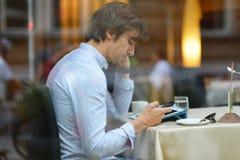 Hombre de la moda de los jóvenes/café de consumición del café express del inconformista en el café de la ciudad Fotos de archivo libres de regalías