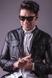 Hombre de la moda de los jóvenes que hace una cara divertida Imagen de archivo libre de regalías