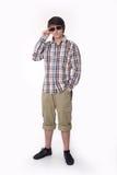 Hombre de la moda de los jóvenes que presenta en camisa y lentes de sol negros comprobadas Imágenes de archivo libres de regalías