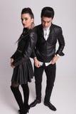 Hombre de la moda de los jóvenes que se coloca al lado de su novia Imagen de archivo