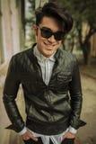 Hombre de la moda de los jóvenes que sonríe a la cámara Imagen de archivo