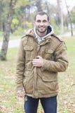 Hombre de la moda de los jóvenes en la sonrisa del parque Imagen de archivo