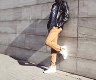 Hombre de la moda que presenta en ciudad Foto de archivo libre de regalías