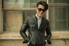 Hombre de la moda que sonríe a la cámara Imagen de archivo libre de regalías