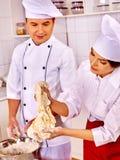 Hombre de la mujer en sombrero del cocinero que cocina el pollo Imagen de archivo libre de regalías