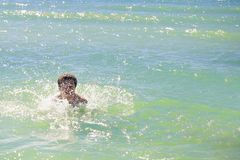hombre de la natación y agua limpia del océano Imagen de archivo libre de regalías
