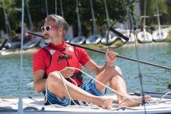 Hombre de la navegación en el barco en el lago Fotos de archivo libres de regalías