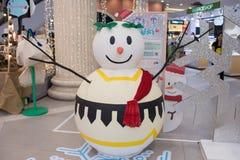 Hombre de la nieve de los grandes almacenes del terminal 21 que adorna para la Navidad y la celebración 2016 del Año Nuevo imagen de archivo libre de regalías
