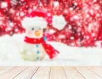 Hombre de la nieve sobre el fondo rojo y blanco borroso para la Navidad nueva Fotografía de archivo