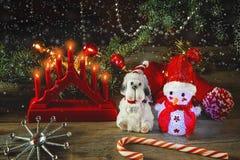 Hombre de la nieve y símbolos de la Navidad y Año Nuevo en una tabla de madera con una lámpara de la Navidad en estilo rústico, a Fotografía de archivo