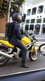 Hombre de la oficina en una bici Imagenes de archivo