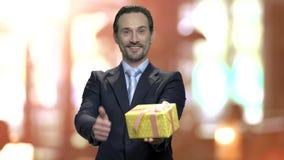 Hombre de la oficina que da la caja de regalo almacen de video