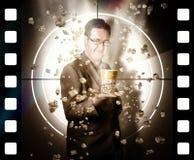 Hombre de la película que sostiene el cubo de las palomitas del cine en la película Fotos de archivo libres de regalías