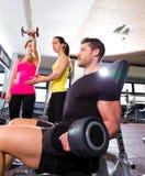 Hombre de la pesa de gimnasia en el levantamiento de pesas de la aptitud del entrenamiento del gimnasio Imagen de archivo