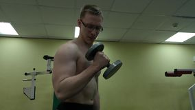 Hombre de la pesa de gimnasia en el levantamiento de pesas de la aptitud del bíceps del entrenamiento del gimnasio almacen de video