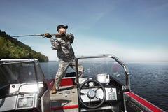 Hombre de la pesca en barco Imagen de archivo