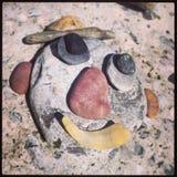 Hombre de la playa de la cara del guijarro Fotos de archivo
