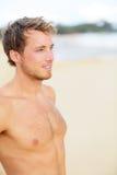 Hombre de la playa que mira el océano Foto de archivo