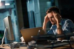 Hombre de la reunión de reflexión que usa el ordenador portátil Fotos de archivo