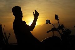 Hombre de la silueta con la bici Foto de archivo
