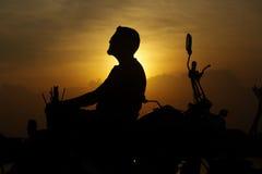 Hombre de la silueta con la bici Imagen de archivo