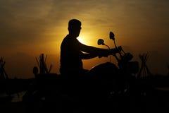 Hombre de la silueta con la bici Foto de archivo libre de regalías
