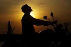 Hombre de la silueta con la bici Imagen de archivo libre de regalías