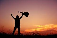 Hombre de la silueta con la guitarra Foto de archivo