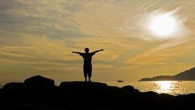Hombre de la silueta en la puesta del sol Fotografía de archivo libre de regalías