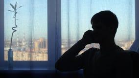 Hombre de la silueta, hablando en el fondo de la ventana almacen de metraje de vídeo