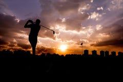 Hombre de la silueta que juega a golf Imágenes de archivo libres de regalías
