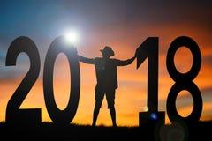 Hombre de la silueta que se coloca con la palabra 2018 Fotografía de archivo