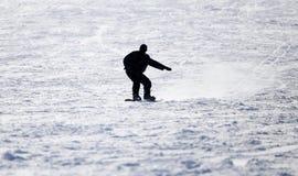 Hombre de la snowboard en el piste aplanado - cuesta fotografía de archivo
