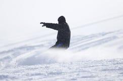 Hombre de la snowboard en el piste aplanado - cuesta fotos de archivo libres de regalías